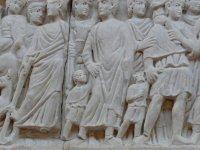 Musée de l'Arles et de la Provence antiques, donne la main petit romain