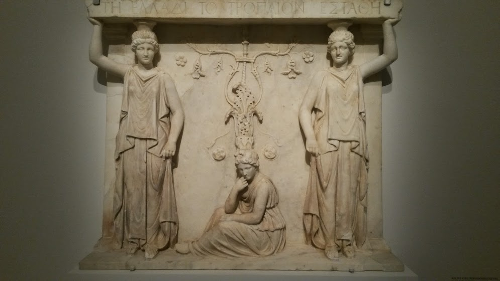 Relief avec personnification d'une province soumise, début du Ier s., marbre blanc, Naples, Musée archéologique national