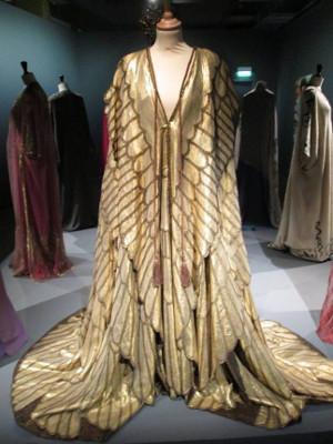 Manteau royal de Cléopâtre, rôle tenu par Elisabeth Taylor dans le film de Joseph Mankiewicz, Cléopâtre (1963). Tissu lamé de soie et d'or. (Collection Costumi d'Arte- Peruzzi- Rome).