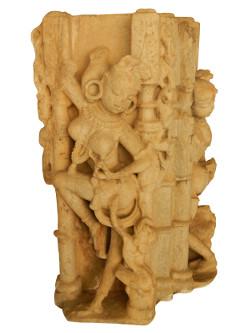 Surasundari (Beauté céleste) titillée par un petit animal 1100-1200 apr. J.-C. Pierre sculptée et polie / 65,5 x 38 x 40 cm Fondation caritative du Maharana du Mewar, Udaipur, Rajasthan, Inde Pictorial archives of the Maharanas of Mewar © Photo: Maharana of Mewar Charity Foundation, Udaipur, Rajasthan, India