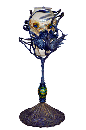 Umberto Bellotto et Atelier de Guiseppe Barovier Vase « Plume de paon », vers 1914, Verre de Murano et fer forgé, 55 cm (haut.), Paris, Musée d'Orsay © Musée d'Orsay Dist. RMN-grand Palais / Patrice Schmidt